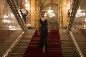 Red Sparrow: Jennifer Lawrence in abito da sera