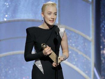 Saoirse Ronan con il Golden Globe vinto per Lady Bird