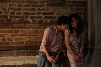 Chiamami col tuo nome: Esther Garrel e Timothée Chalamet in una scena del film