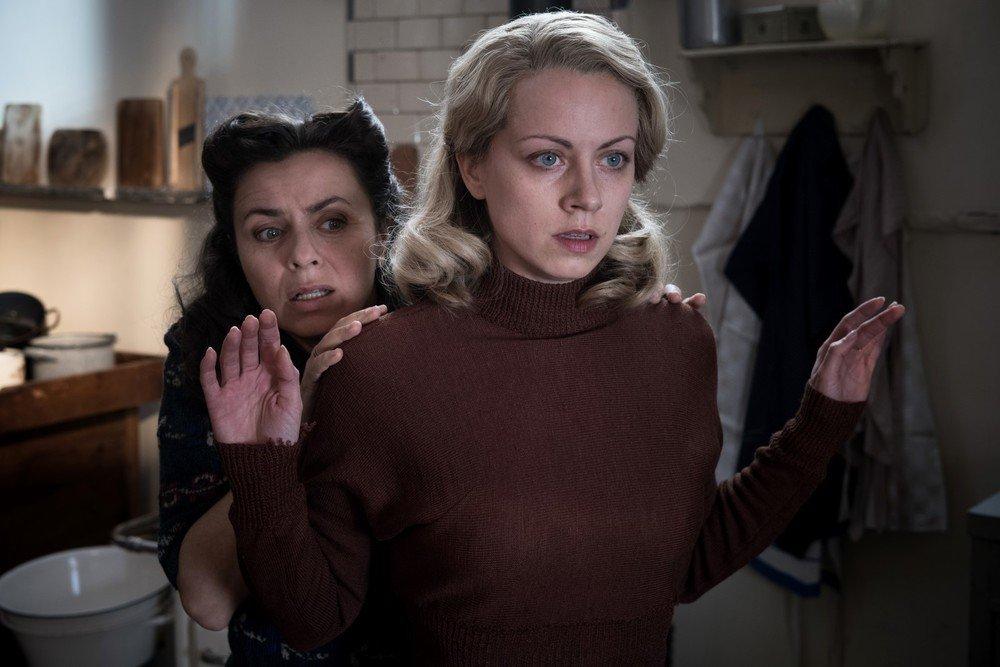 Gli invisibili: Alice Dwyer e Naomi Krauss in una scena del film