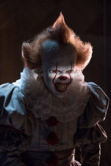IT: Bill Skarsgard è Pennywise in una foto scattata sul set