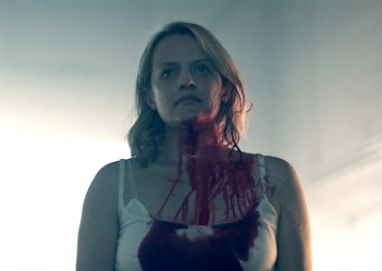 The Handmaid's Tale: Elisabeth Moss in una foto della seconda stagione