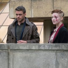 Philip K. Dick's Electric Dreams: Holliday Grainger e Richard Madden in una scena dell'episodio The Hood Maker