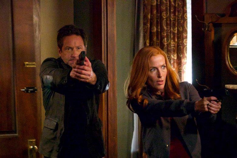 """X-Files: David Duchovny e Gillian Anderson in una scena dell'episodio """"This"""""""