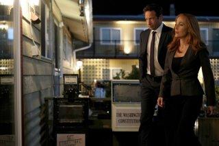 """x-Files: Gillian Anderson insieme a David Duchovny in una scena dell'episodio """"Doppioni"""""""