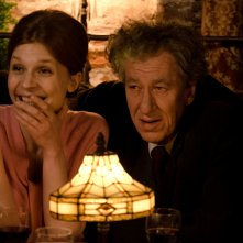 Final Portrait - L'arte di essere amici: Geoffrey Rush e Clémence Poésy in una scena del film