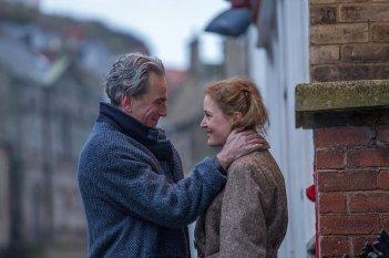 Il filo nascosto: Daniel Day-Lewis e Vicky Krieps in un momento del film