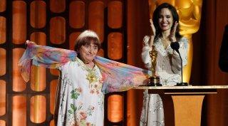 Una foto che ritrae Agnès Varda e, sullo sfondo, Angelina Jolie