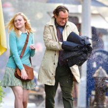 A Rainy Day in New York: Elle Fanning e Jude Law in una scena