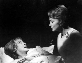 Piano... piano dolce Carlotta: Bette Davis e Olivia de Havilland in una scena del film