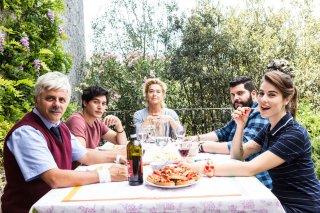 Puoi baciare lo sposo: Dino Abbrescia, Cristiano Caccamo, Monica Guerritore, Salvatore Esposito e Diana Del Bufalo in un'immagine promozionale