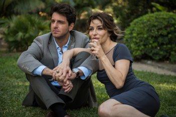 A casa tutti bene: Sabrina Impacciatore e Giampaolo Morelli in una scena del film