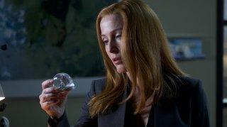 X-Files: una scena con Gillian Anderson nell'episodio Ghouli