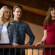Cinquanta sfumature di rosso: Luke Grimes, Rita Ora e Dakota Johnson in una scena del film