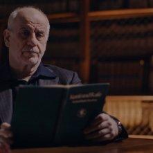 Hitler contro Picasso e gli altri: il narratore Toni Servillo in una scena del documentario