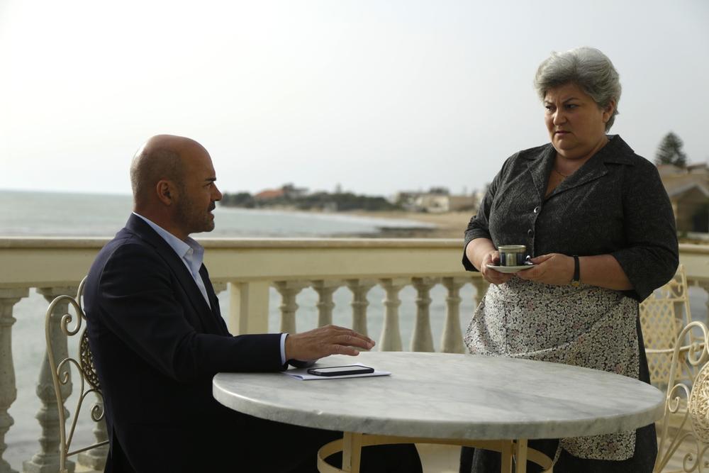 """Il commissario Montalbano: Luca Zingaretti e Ketty Governali nell'episodio """"La giostra degli scambi"""""""