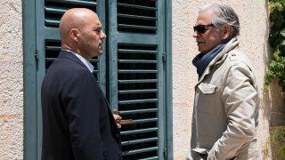 """Il commissario Montalbano: Fabrizio Bentivoglio e Luca Zingaretti nell'episodio """"La giostra degli scambi"""""""