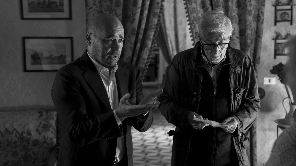 """Il commissario Montalbano: Alberto Sironi con Luca Zingaretti sul set dell'episodio """"La giostra degli scambi"""""""