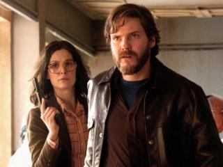 7 Days in Entebbe: Rosamund Pike e Daniel Brühl in un momento del film