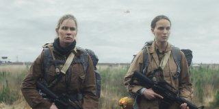 Annientamento: Natalie Portman e Jennifer Jason Leigh in una scena del film
