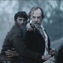 Black 47: James Frecheville e Hugo Weaving in una scena del film