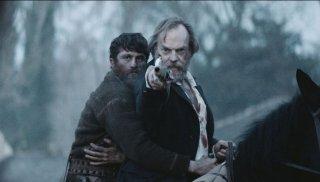 Black 47: James Frecheville e Hugo Weaving in una scena del film