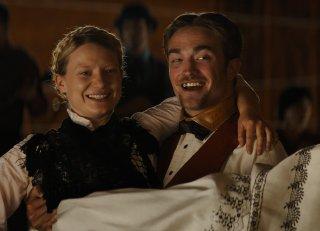 Damsel: Robert Pattinson e Mia Wasikowska in una scena del film
