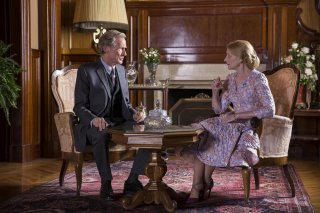 The Bookshop: Patricia Clarkson ed Bill Nighy in una scena del film