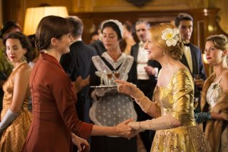 The Bookshop: Patricia Clarkson ed Emily Mortimer in una scena del film