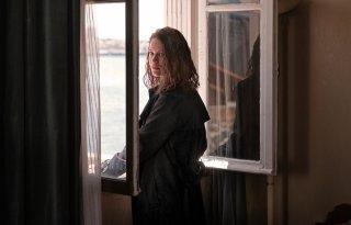 Transit: Paula Beer in una scena del film