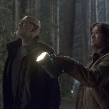 X-Files: Haley Joel Osment insieme a Mitch Pileggi in una scena dell'episodio Kitten