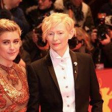 Berlino 2018: Greta Gerwig e Tilda Swinton sul red carpet di apertura