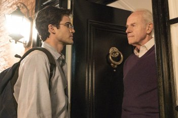 American Crime Story: Darren Criss e Mike Farrell in una scena dell'episodio A Random Killing