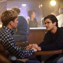 American Crime Story: Darren Criss e Cody Fern in una scena dell'episodio House by the Lake