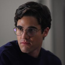 American Crime Story: un primo piano di Darren Criss nell'episodio House by the Lake