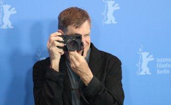 Berlino 2018: Gus Van Sant scatta foto al photocall di Don't Worry, He Won't Get Far on Foot