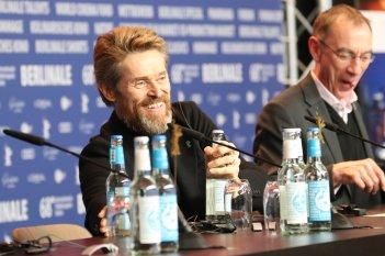 Berlino 2018: Willem Dafoe sorride in conferenza