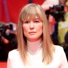 Berlino 2018: Rosamund Pike sul red carpet di 7 Days in Entebbe