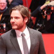 Berlino 2018: Daniel Brühl sul red carpet di 7 Days in Entebbe
