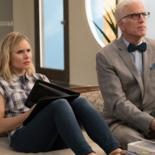 The Good Place: Kristen Bell e Ted Danson in una foto della seconda stagione