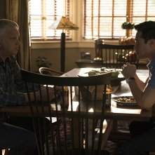 Here and Now:  Raymond Lee e Tim Robbins in una scena