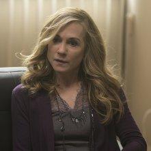 Here and Now: Holly Hunter in un episodio della serie