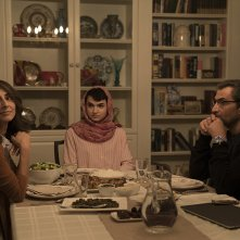 Here and Now: Peter Macdissi, Necar Zadegan, e Marwan Salama in una scena