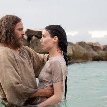 Maria Maddalena: Joaquin Phoenix e Rooney Mara in una scena del film