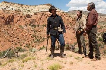 Hostiles - Ostili: Wes Studi e Christian Bale in una scena del film