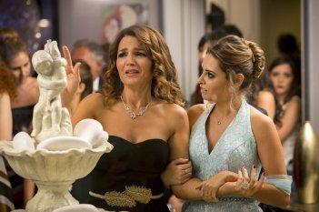 Una festa esagerata: Tosca D'Aquino e Mirea Flavia Stellato in una scena del film