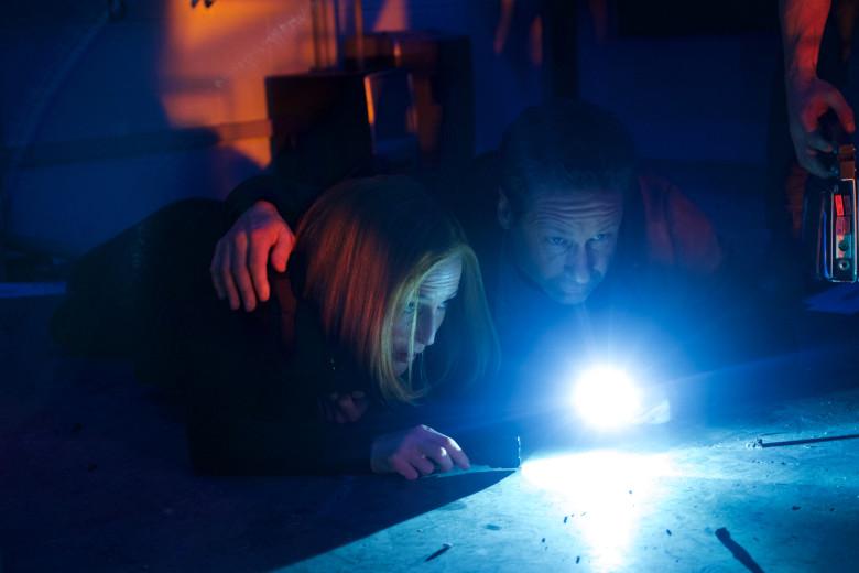 X-Files: una scena con David Duchovny e Gillian Anderson nell'episodio Rm9sbG93ZXJz