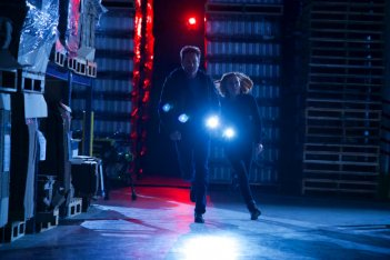 X-Files: Gillian Anderson insieme a David Duchovny nell'episodio Rm9sbG93ZXJz