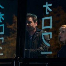 X-Files: David Duchovny e Gillian Anderson nell'episodio Rm9sbG93ZXJz