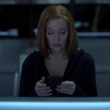 X-Files: Gillian Anderson nell'episodio Rm9sbG93ZXJz